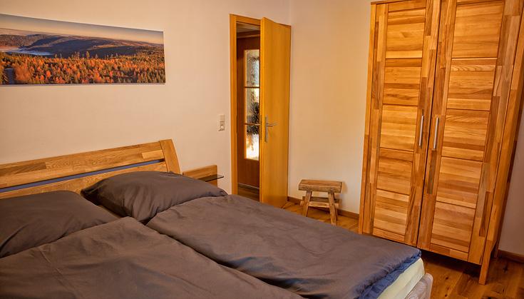 Ferienhaus Enztalblick in Enzklösterle im Nordschwarzwald - Das Schlafzimmer im Erdgeschoss mit Buchenholz-Möbeln