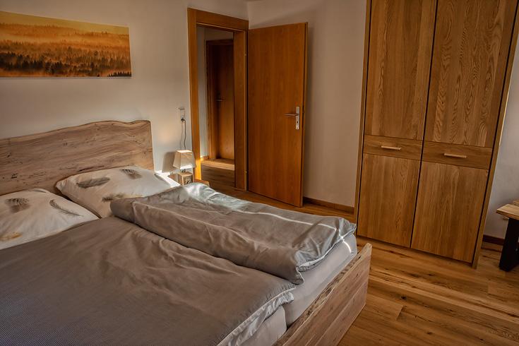 Ferienhaus Enztalblick in Enzklösterle im Nordschwarzwald - Das Schlafzimmer im Obergeschoss mit Bett und Schrank
