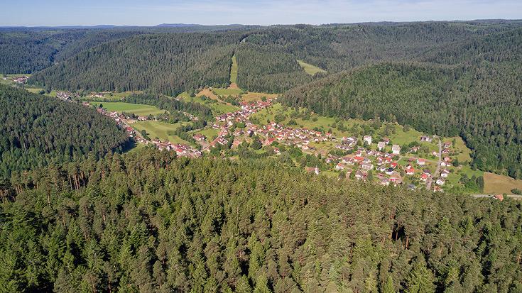 Ferienhaus Enztalblick in Enzklösterle im Nordschwarzwald - Blick über Enzklösterle (Luftaufnahme über dem Schöllkopf)