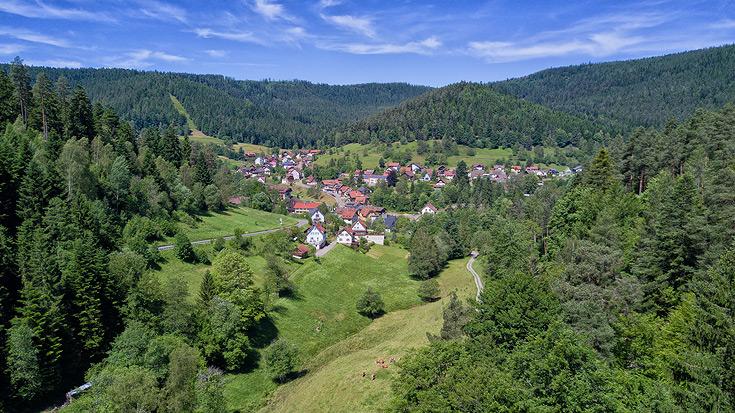 Ferienhaus Enztalblick in Enzklösterle im Nordschwarzwald - Blick vom Lappachtal auf das sommerliche Enzklösterle