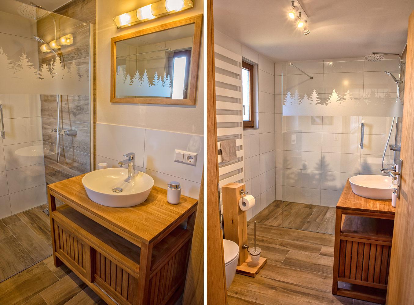 Ferienhaus Enztalblick in Enzklösterle im Nordschwarzwald - Das Bad im Erdgeschoss mit Teakholzwaschtisch, begehbarer Dusche und Toilette