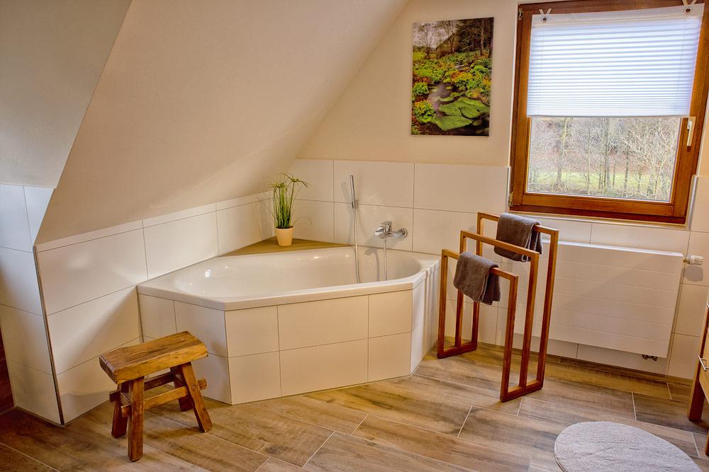 Ferienhaus Enztalblick in Enzklösterle im Nordschwarzwald - Die Badewanne im Bad im Obergeschoss