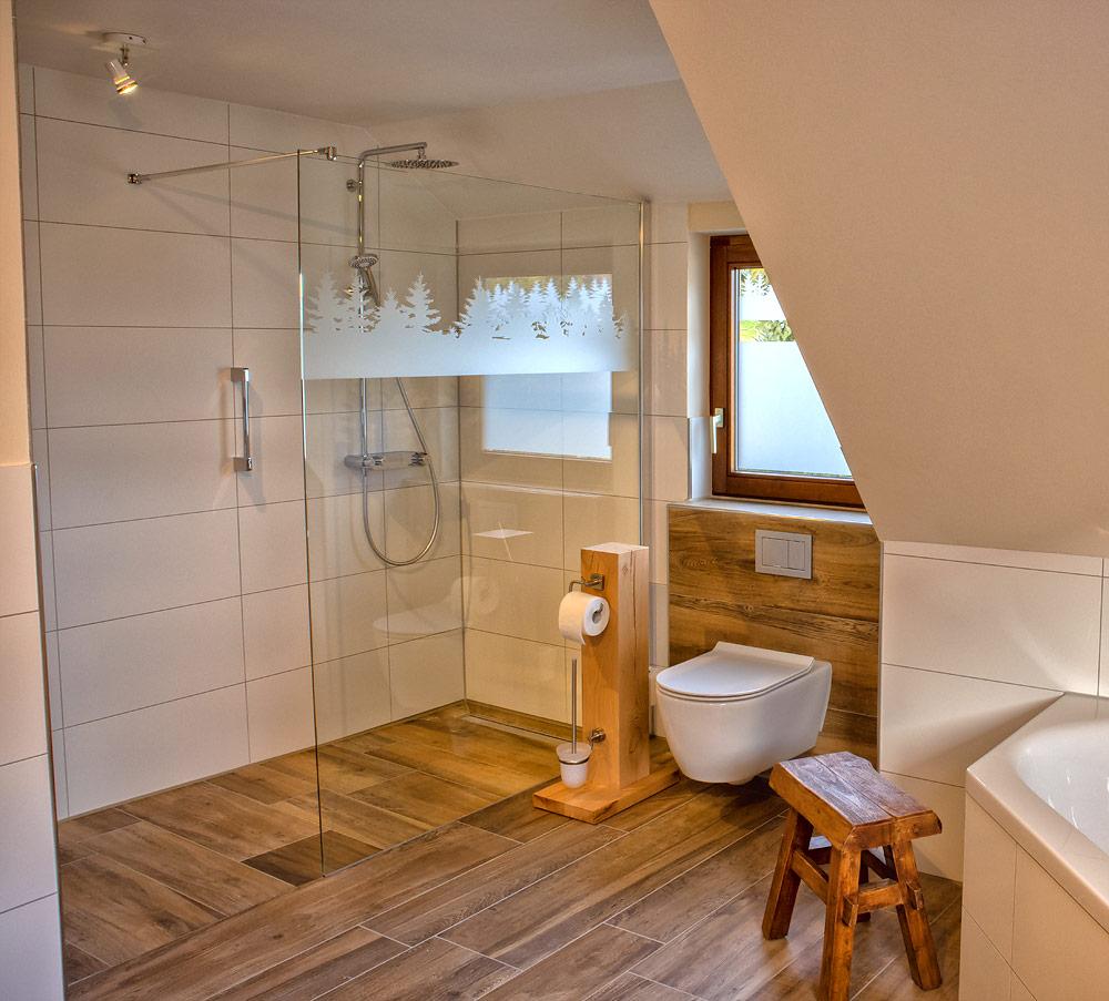 Ferienhaus Enztalblick in Enzklösterle im Nordschwarzwald - Begehbare Dusche und Toilette im Bad im Obergeschoss