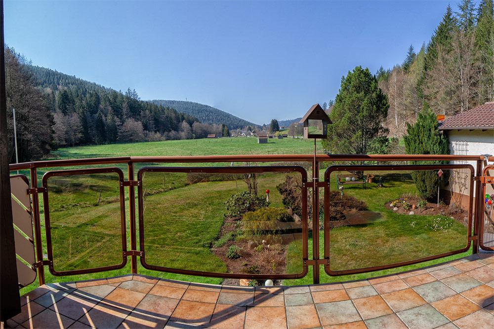 Ferienhaus Enztalblick in Enzklösterle im Nordschwarzwald - Panoramaausblick vom Balkon ins Enztal