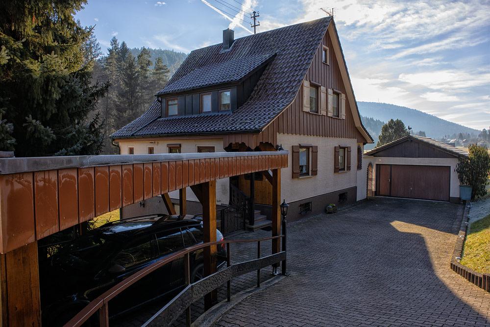 Ferienhaus Enztalblick in Enzklösterle im Nordschwarzwald - Carport und Doppelgarage mit viel Platz für Fahrzeuge
