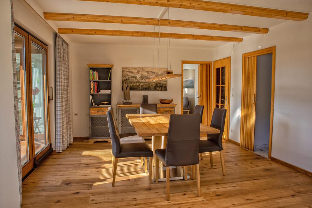 Ferienhaus Enztalblick in Enzklösterle im Nordschwarzwald - Das Esszimmer mit dem Massivholz-Esstisch