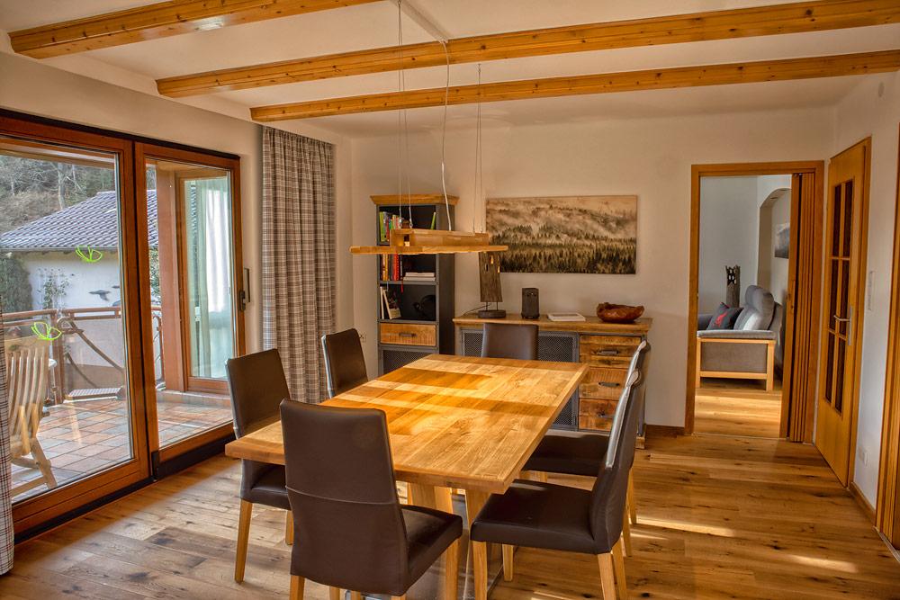 Ferienhaus Enztalblick in Enzklösterle im Nordschwarzwald - Das Esszimmer mit massivem Wildeichenboden und Massivholzmöbeln