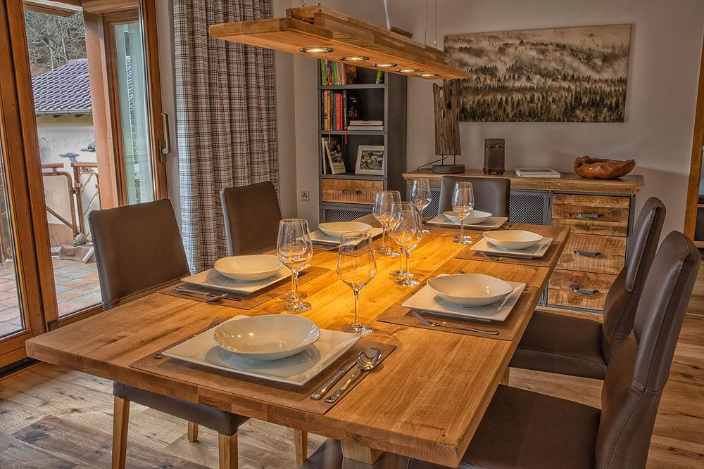 Ferienhaus Enztalblick in Enzklösterle im Nordschwarzwald - Das gemütliche Esszimmer mit gedecktem Tisch für kulinarische Höhepunkte