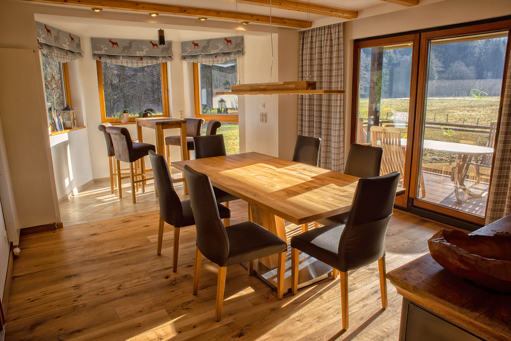 Ferienhaus Enztalblick in Enzklösterle im Nordschwarzwald - Das Esszimmer mit Panoramafenstern und dem lichten Erker mit Stehtisch
