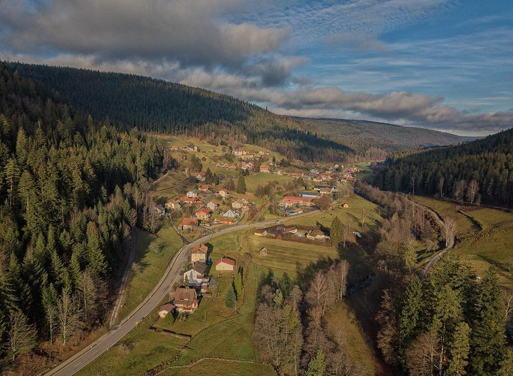 Ferienhaus Enztalblick in Enzklösterle im Nordschwarzwald - Blick über Nonnenmiß und das Ferienhaus am Nachmittag