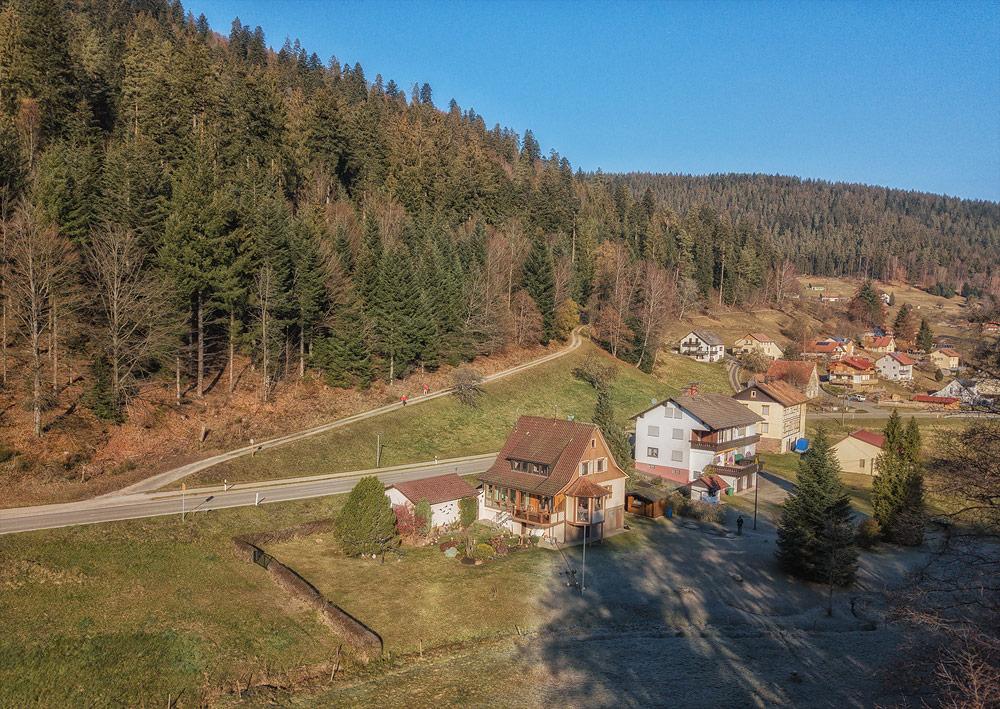 Ferienhaus Enztalblick in Enzklösterle im Nordschwarzwald - Das Ferienhaus am Waldrand mit Wanderweg