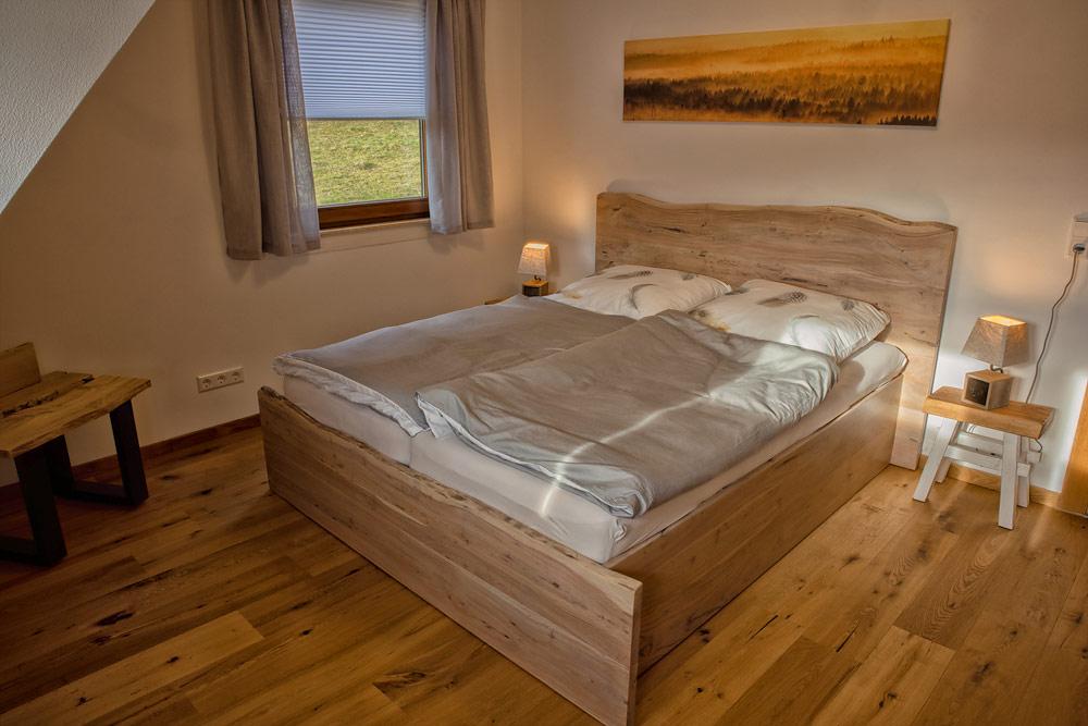 Ferienhaus Enztalblick in Enzklösterle im Nordschwarzwald - Das Schlafzimmer mit dem Massivholzbett aus Akazienholz