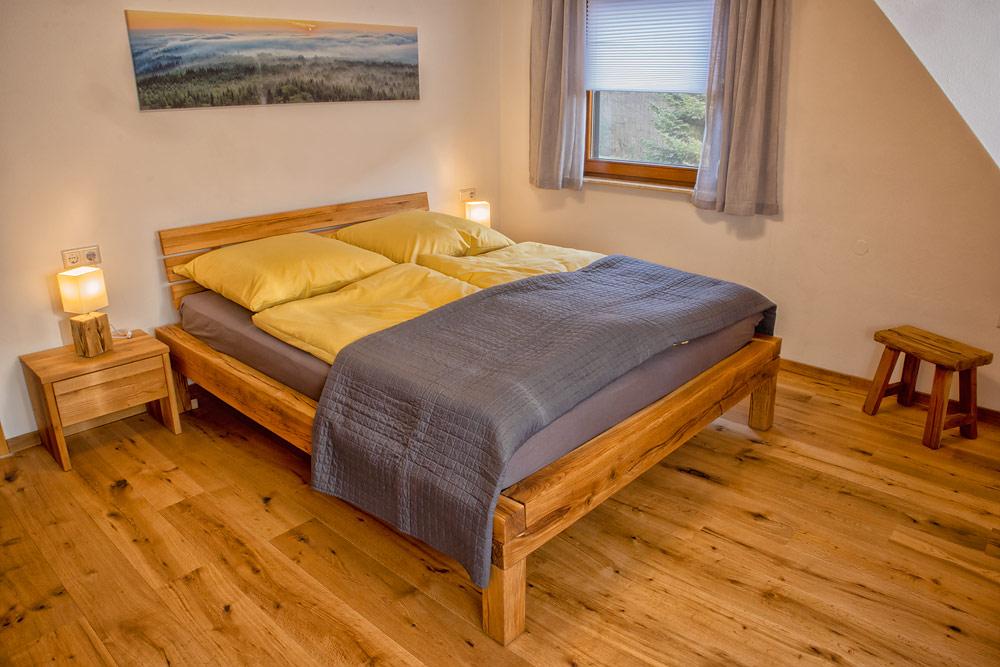 Ferienhaus Enztalblick in Enzklösterle im Nordschwarzwald - Das Schlafzimmer mit dem Balkenbett aus Eichenholz